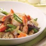 Cari de légumes, oignons verts et crevettes à la thaïlandaise
