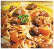 Boulettes de viande et nouilles avec sauce brune