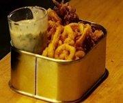 Calmars frits avec mayonnaise coriandre et lime