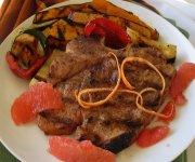 Côtelettes de veau, pamplemousse et piment de Jamaïque