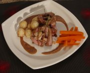 Pork tenderloin stuffed with cheese, apples and almonds