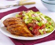 Poulet grillé accompagné d'une salade de melon et de tomates