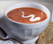 Soupe aux tomates parfumée au basilic frais